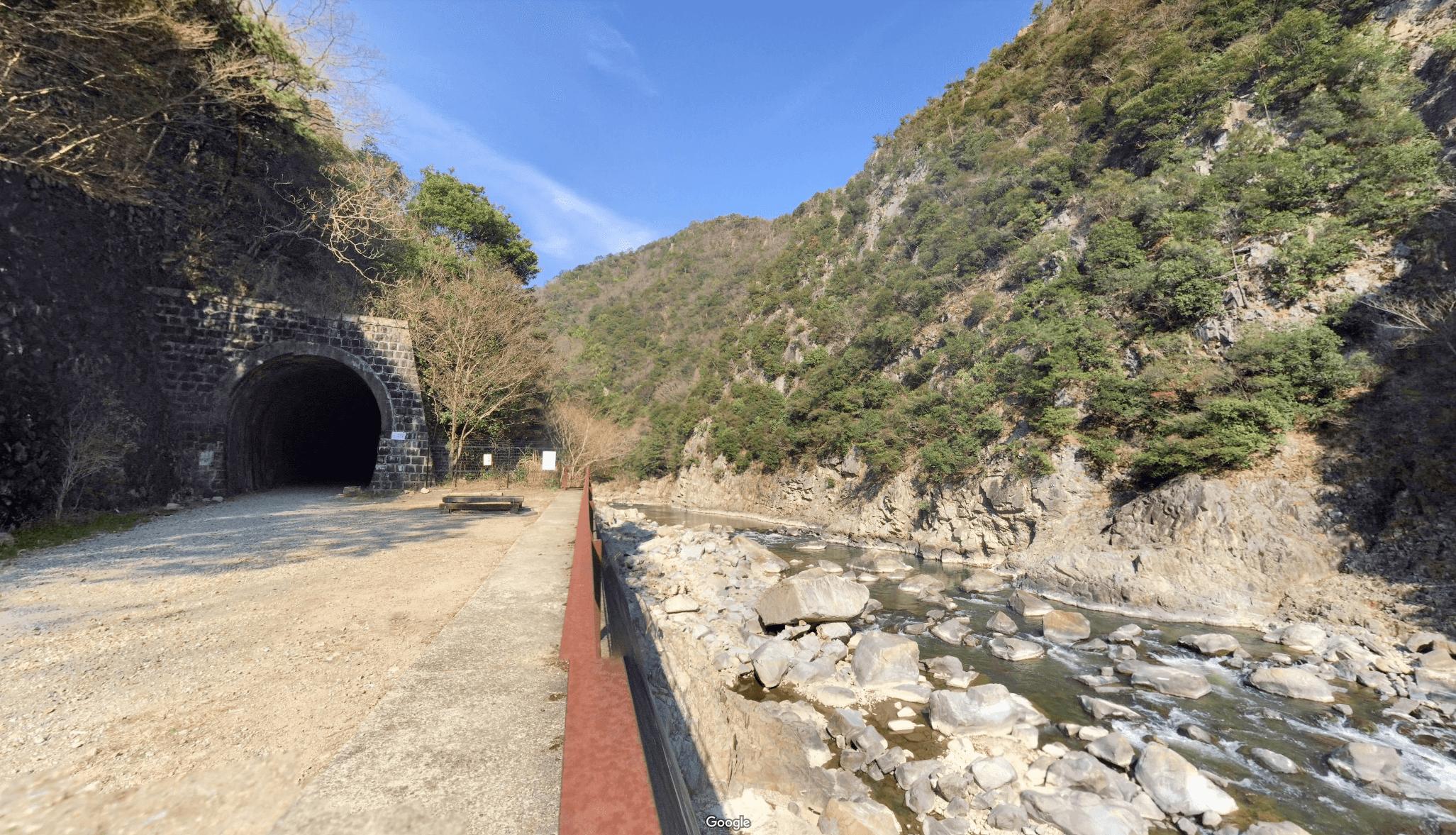 武田尾廃線敷の北山第1トンネル入口の休憩場所