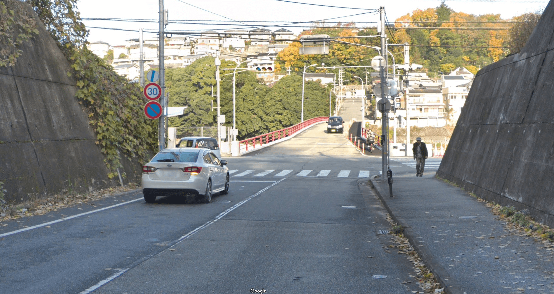 1つ目の信号を左折。高架下をくぐり抜け、1つ目に現れた信号交差点(西宝橋南詰交差点)を左に曲がる