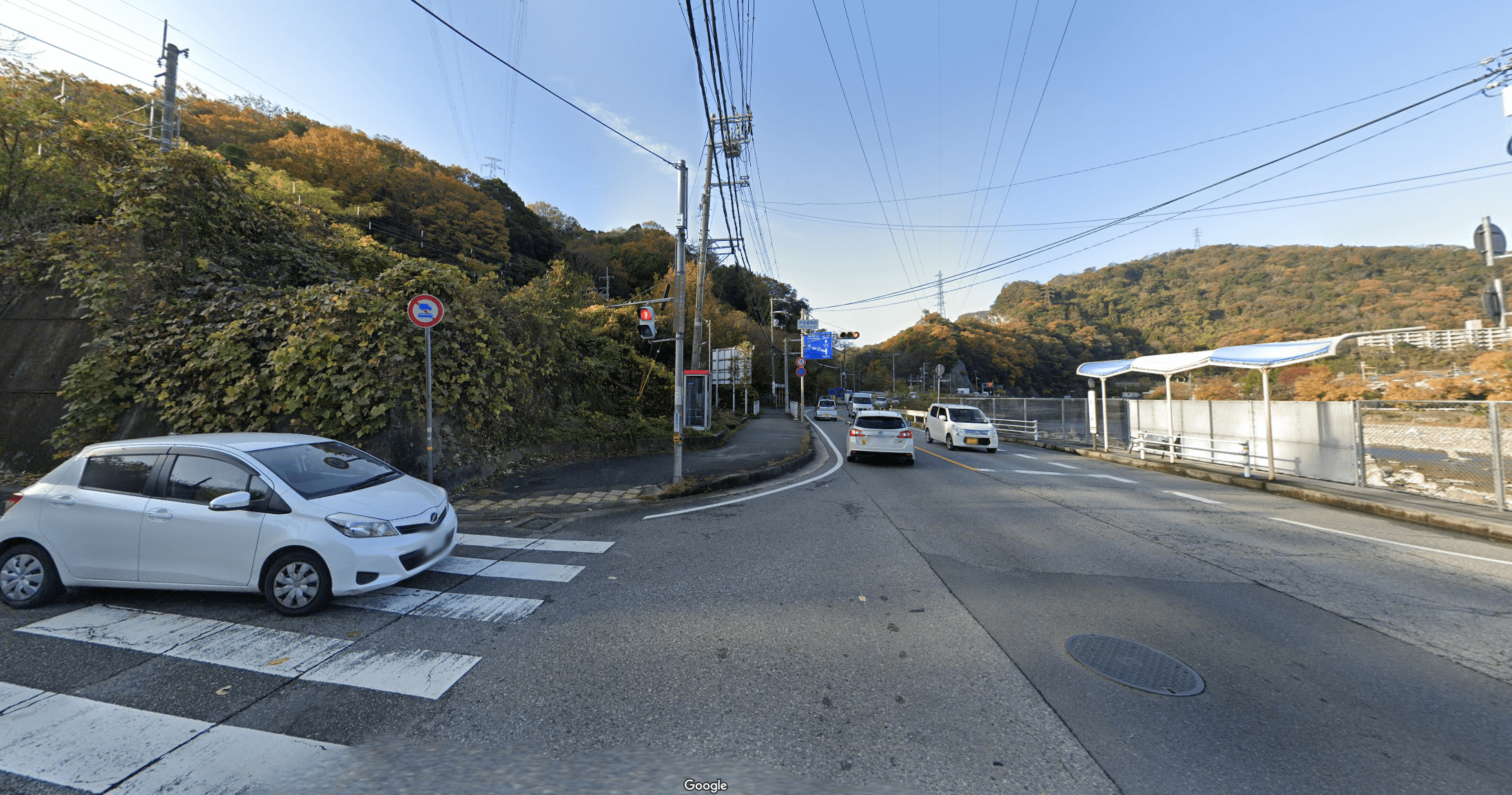 生瀬駅を降りて高架下をくぐり抜け、1つ目の信号交差点(西宝橋南詰交差点)を左に曲がり、しばらく道沿いに進む