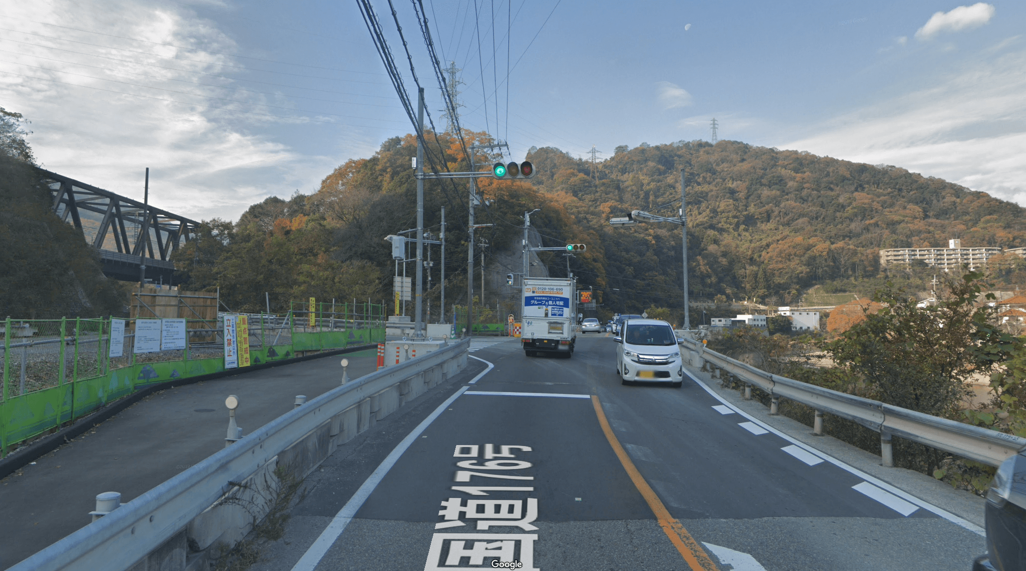 大多田橋交差点をそのまま直進(左にJRの鉄橋が見えている)