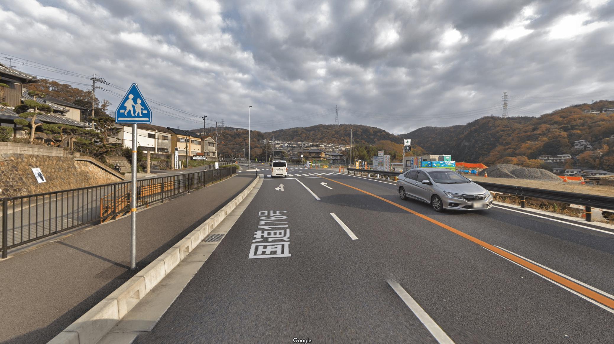 中国自動車道を通過後すぐを右折