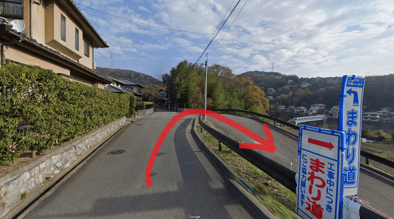 右折して道沿いに歩いてすぐに武田尾廃線敷入口があります